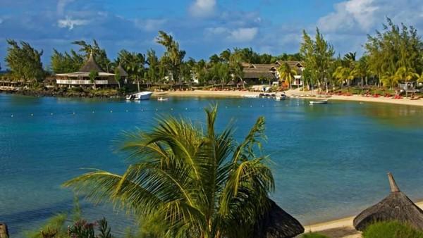 Mulai dari bermain di pantai, watersport, golf, sampai trekking bisa dilakukan di sini. Resor-resor mewah pun berjejeran di sini (Facebook/Mauritius Tourism)