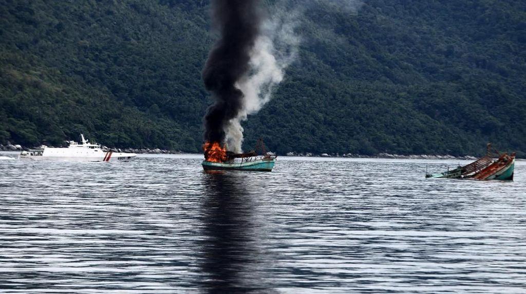 Cerita Nelayan Lempar-lemparan Bom dengan Kapal Maling Ikan