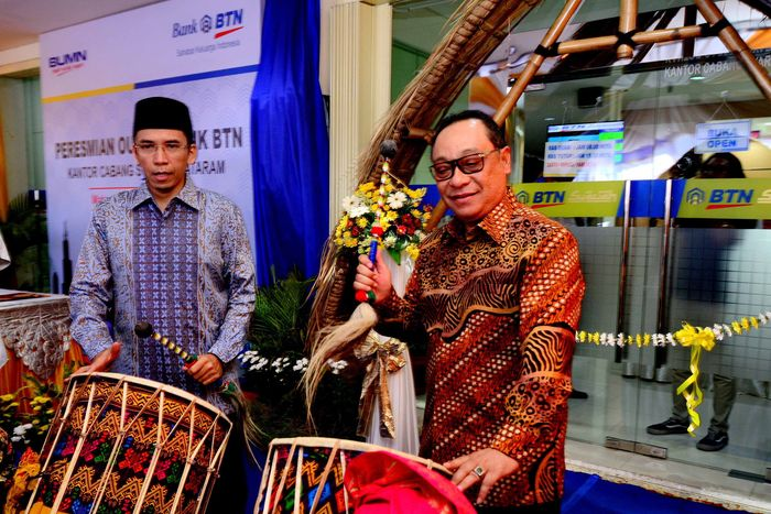 Direktur Utama BTN Maryono bersama Gubernur NTB Muhammad Zainul Majdi meresmikan Kantor Cabang Syariah di NTB, Selasa (9/1/2018). Pool/BTN.