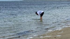 Segar, Potret Jokowi Cuci Muka di Pantai Nemberala Rote