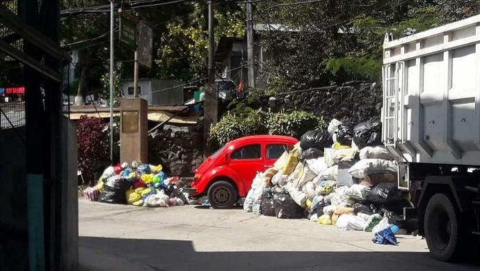 Jadi untuk memberi pelajaran pada wisatawan yang seakan tidak peduli dengan tanda dilarang parkir tersebut, warga sengaja menaruh tumpukan sampah disekeliling atau bahkan menibani mobil tersebut. Namun kepala Wilayah East Quirino Hill, Eric Ueda, mengatakan pihaknya tidak pernah sengaja menyuruh warganya sengaja untuk melakukan hal tersebut. Foto: Pool (Viral4Real)