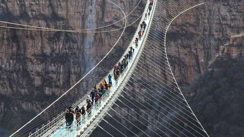 Tepat pada 24 Desember 2017 atau hanya sehari menjelang Hari Raya Natal, China meresmikan Jembatan Kaca Hongyagu di Provinsi Hebei. Memiliki panjang 488 meter, jembatan kaca itu diklaim sebagai yang terpanjang di dunia (Liu Peiran/Xinhua)