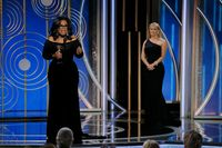 Oprah Winfrey dan Reese Witherspoon di Golden Globes 2018.