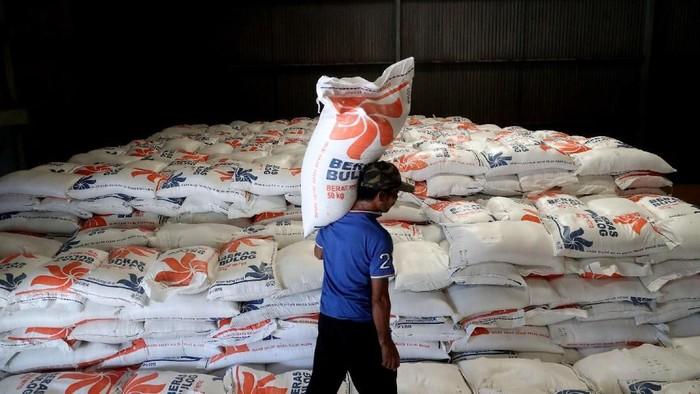 Untuk mengatasi kenaikan harga beras, Bulog menggelar operasi pasar untuk mendistribusikan cadangan beras pemerintah.