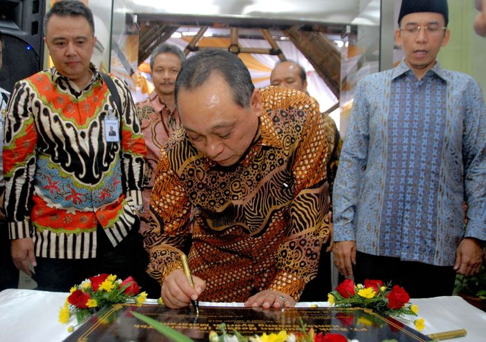 Direktur Utama BTN Maryono menandatangani prasasti peresmian. Pool/BTN.