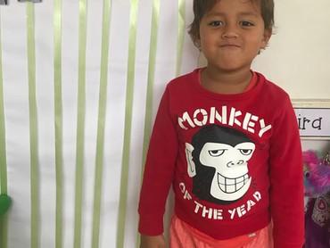 Byron Werner, anak kedua Indah Kalalo, dapat predikat postur badan tertinggi di kelas, lho. (Foto: Instagram @indahkalalo)