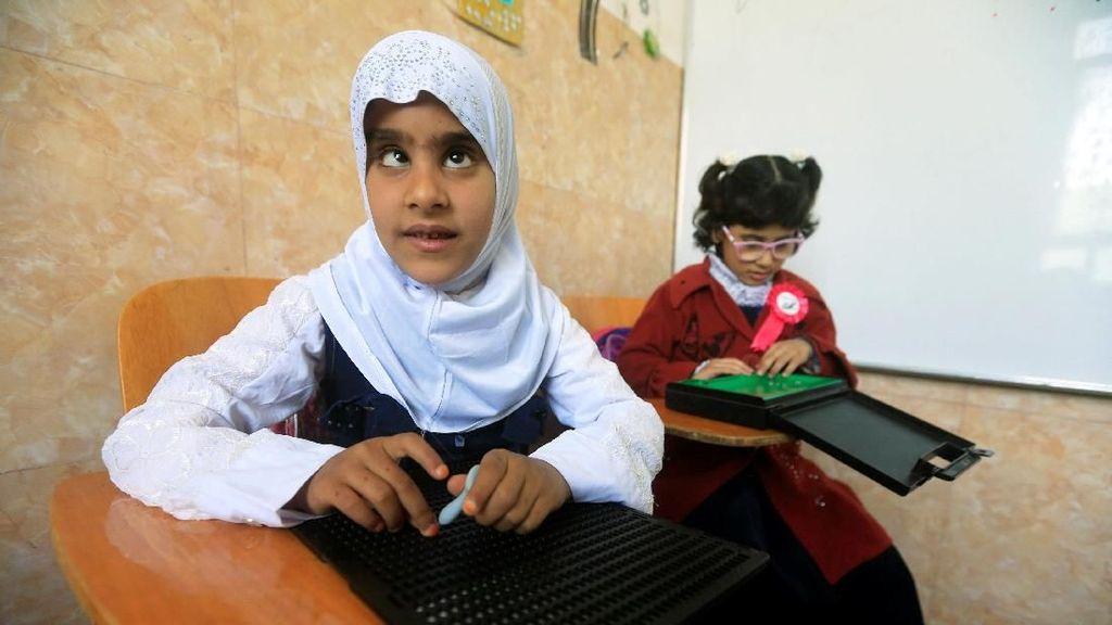 Melihat Semangat Anak Tunanetra di Irak Belajar Tulis dan Baca