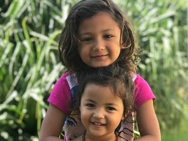 Tigerlily foto berdua dengan kakak Ayanna nih. (Foto: Instagram @indahkalalo)