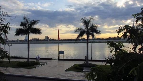 Merayakan kemenangan Timnas U-22 enaknya santai-santai di tepi Sungai Mekong. Di sisi sungai, terdapat pedestrian luas untuk jalan santai menikmati suasana. (Titry Frilyani/dTraveler)