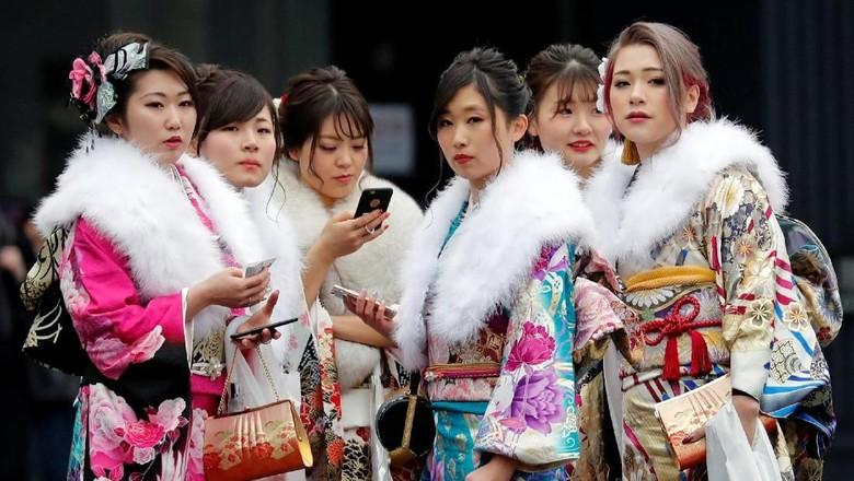 Foto: Cantiknya gadis-gadis Jepang saat rayakan Hari Kedewasaan (Kim Kyung-Hoon/Reuters)