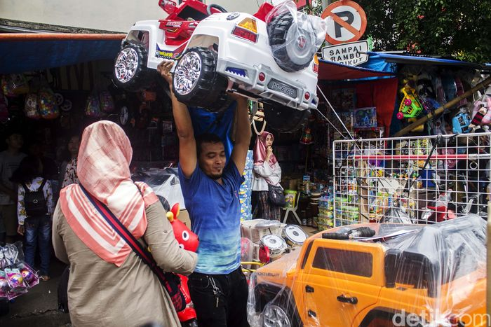 Pasar Gembrong dikenal sebagai pasar yang menjual aneka macam mainan anak.