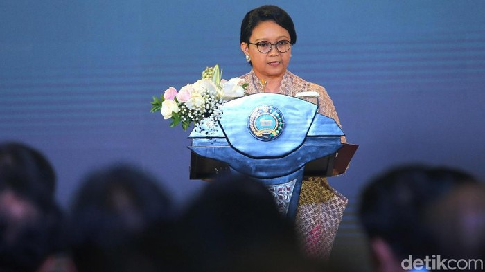 Menlu Retno Marsudi memberi pernyataan pers awal tahun di depan para duta besar, diplomat dan undangan di Gedung Kemlu, Jakarta, Selasa (9/1/2018).