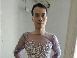 Ada Kisah Lucu Tapi Inspiratif di Balik Foto Viral Pria Pakai Gaun Malam