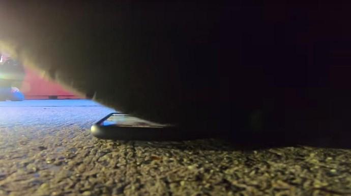 Uji iPhone X dilindas oleh Lamborghini. Foto: Pool (Youtube)