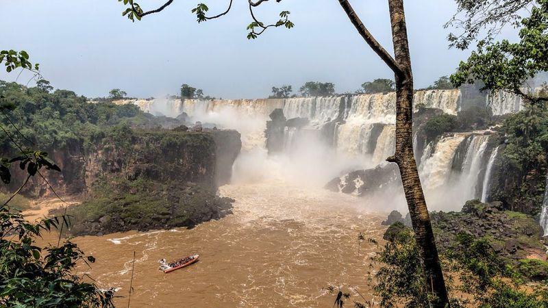 Iguazu bisa ditempuh selama 4,5 jam berkendara mobil dari Kota Posadas, ibukota Provinsi Misiones di Argentina. Kalau dari Brasil, waktu tempuh ke air terjun ini lebih panjang, sekitar 8 jam dari Curitiba, ibukota Parana (CNN Travel)