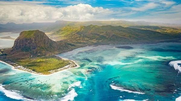 Mauritius adalah sebuah negara yang letaknya berada di barat daya Samudra Hindia. Tepatnya, sebelah timur Madagaskar, sekitar 900 kilometer jauhnya (Mauritius Attractions)
