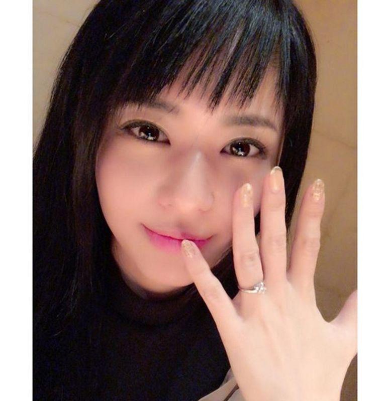 Sora Aoi mengumumkan akan segera mnikah. Ia pamer cincin spesialnya di Instagram. Foto: Instagram/solaaoi