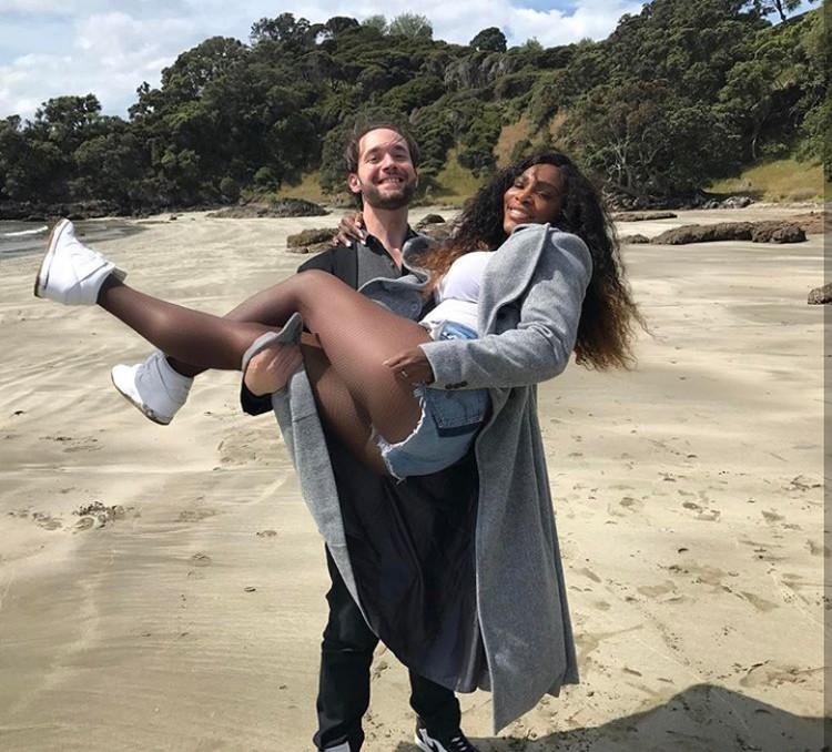 Ya ampun so sweet banget sih Alexis Ohanian Sr gendong-gendong petenis Serena Williams. (Foto: Instagram @serenawilliams)