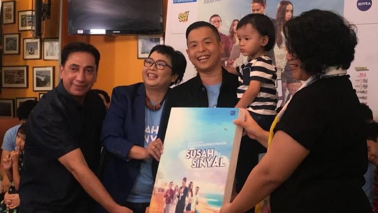 Alasan Ernest Prakasa Gandeng Ika Natassa Jadi Penulis Novel Susah Sinyal