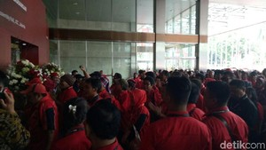 Jelang HUT Ke-45 PDIP, Massa Kader Merahkan JCC
