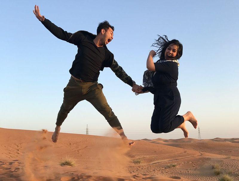 Di-endorse salah satu situs onlie reservasi, Raffi Ahmad bersama keluarganya liburan ke Dubai. Mereka main-main ke gurun pasir (Instagram/@raffinagita1717)