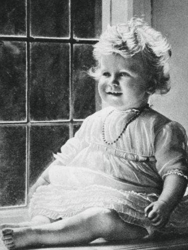 Gemasnya Foto Throwback Ratu Elizabeth Kecil yang Mirip Putri Charlotte