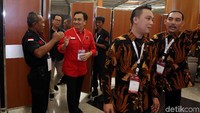 Effendi Simbolon hadir dengan memakai baju merah berlogo PDIP.