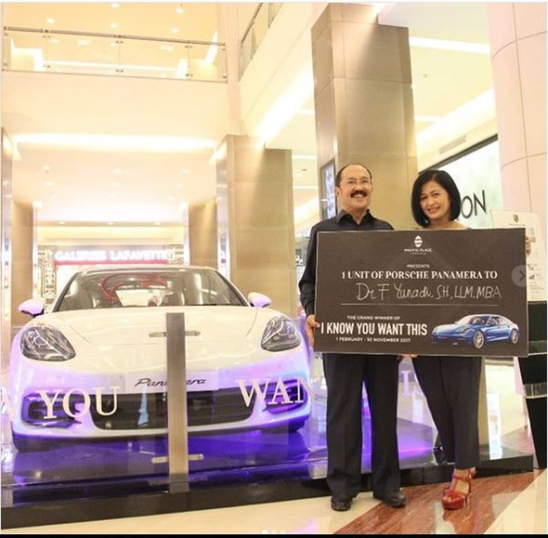 Fredrich Yunadi dapat mobil milarain rupiah. Foto: Instagram @pacificplacejkt