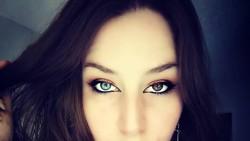 Heterochromia disebut-sebut hanya dimiliki 1 persen populasi dunia. Saksikan kecantikan mata orang-orang berikut yang punya dua warna mata berbeda.