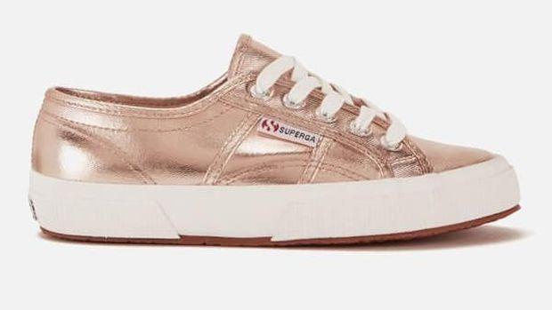 Sporty Namun Tetap Feminin dengan Sneakers Warna Rose Gold
