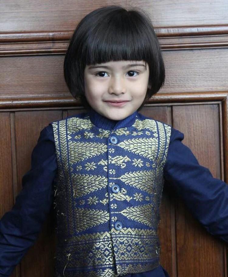 Kenalkan, ini King Faaz A Rafiq. Ya, dia adalah putra pertama aktris Fairuz Rafiq. Dengan poni rata, King Faaz makin mempesona. (Foto: Instagram @kingfaazarafiqasli)