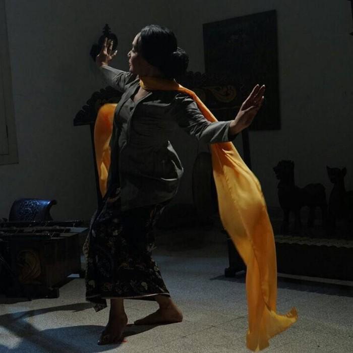 Siapa yang tak kenal Dewi Gita, penyanyi yang juga merupakan istri dari vokalis band Gigi, Armand Maulana. Meski bukan termasuk olahraga, tapi Dewi gemar menari yang membuat tubuhnya tetap aktif bergerak. (Foto: Instagram/@dewigita01)
