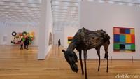 Di bagian teratas museum terdapat karya seni instalasi dan patung yang mengagumkan. Foto: Tia Agnes/ detikHOT