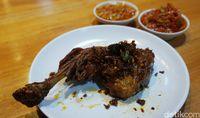 Ayam goreng rawit yang nikmat disantap dengan nasi hangat.