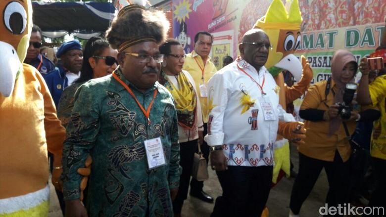 Lukas Enembe-Klemen Daftar ke KPU Papua Pakai Topi Kepala Suku