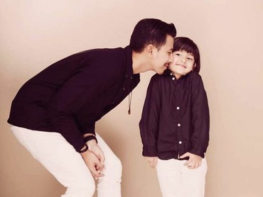 Muach! Dicium sama Papa Sonny! Kompak banget ya King Faaz sama ayah sambungnya. (Foto: Instagram @kingfaazarafiqasli)