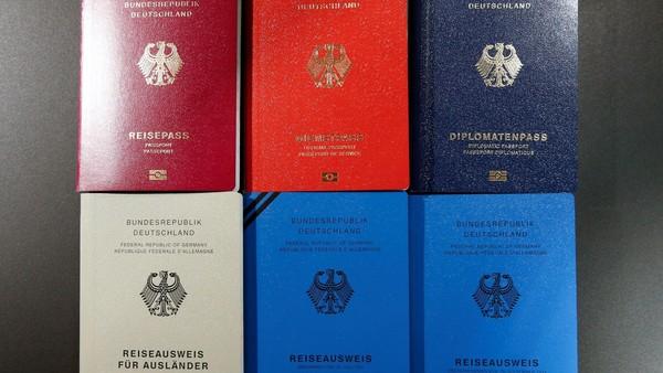 Negara pemegang paspor terkuat kedua di dunia adalah Jerman. Diketahui, paspor Jerman memiliki akses Bebas Visa Kunjungan (BVK) dan Visa on Arrival (VoA) ke 161 negara di dunia. Hanya selisih 1 negara saja dari Singapura dan Korea (Reuters/Fabrizio Bensch)