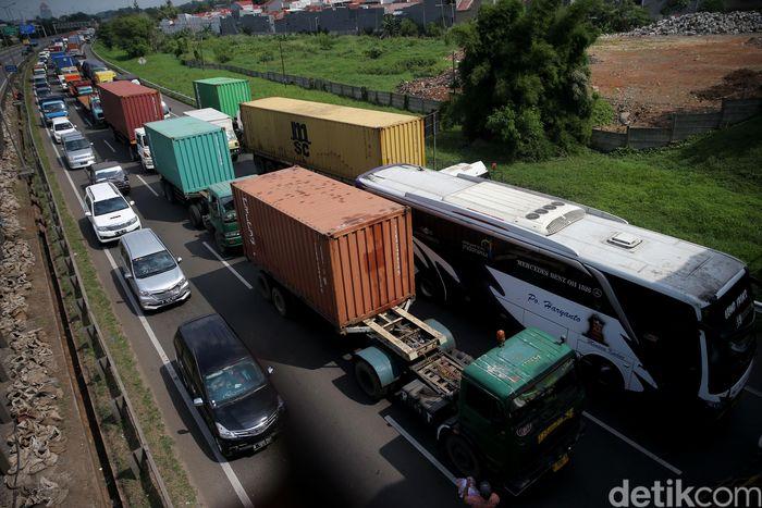 Kemacetan sejumlah kendaraan tampak mengular.
