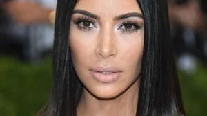 Wow! Kim Kardashian Buang Sampahnya di Tong Luis Vuitton?