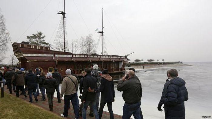 Di salah satu kawasannya, terdapat kapal kayu antik yang juga menjadi pusat perhatian pengunjung. Foto:Reuters
