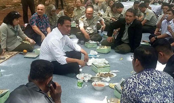 Mulai dari office boy (ob), cleaning service, supir, pramusaji hingga beberapa staf di Kementan ikut makan bersama.