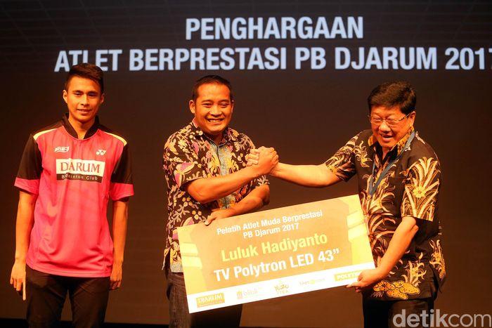 Pelatih Ikhsan di SKO Ragunan, Luluk Hadiyanto, juga kecipratan bonus. Luluk mendapatkan TV LED Polytron 43 inch.