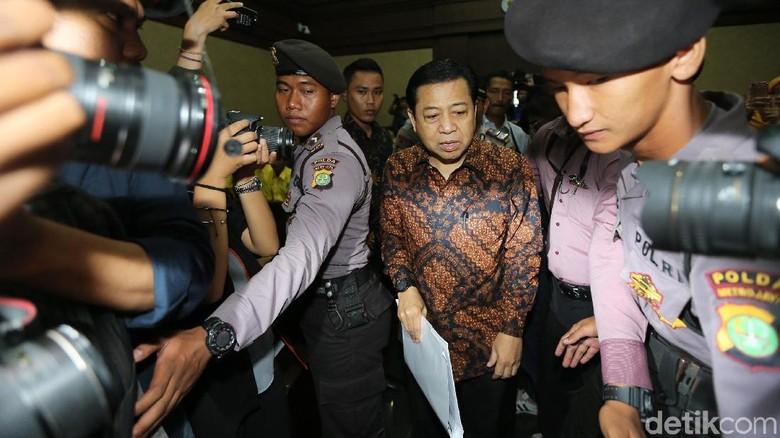 Jalani Sidang, Novanto Khusyuk Dengarkan Saksi