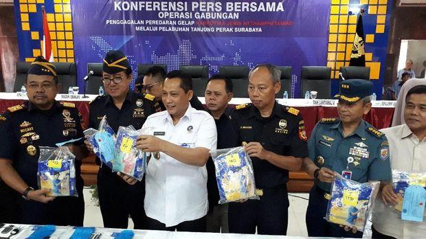 BNN dan bea cukai memperlihatkan barang bukti 7,3 kg sabu