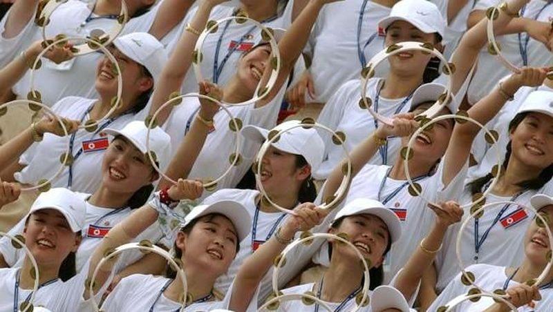 Foto: Korea Utara identik sebagai negara komunis yang tertutup. Namun di samping terntaranya yang sangar, Korea Utara juga punya pasukan cheerleader cantik (AFP)
