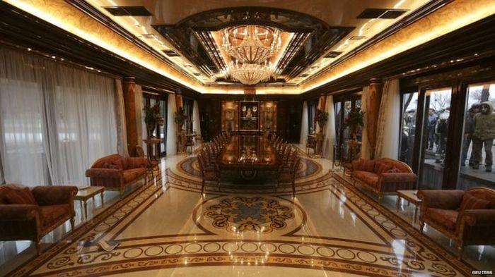 Kondisi di dalam rumah yang dikenal sebagai Mezhyhirya itu terlihat megah dan mewah. Warna cokelat mendominasi ruang makan.Foto:Reuters