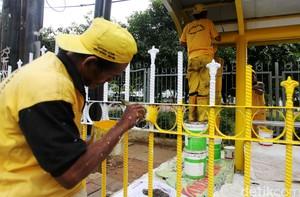 Halte Bus Duren Tiga Kuning Mengkilau
