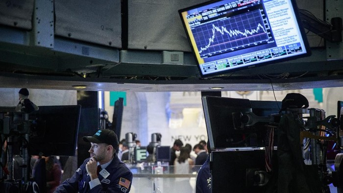 NEW YORK, NY - JANUARY 04: Traders and financial professionals work on the floor of the New York Stock Exchange (NYSE) ahead of the closing bell, January 4, 2018 in New York City. The Dow closed above 25,000 for the first time ever on Thursday. (Photo by Drew Angerer/Getty Images)