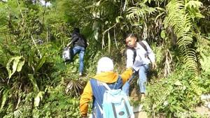 Jalan Putus, Pelajar di Banjarnegara Ini Terpaksa Jalan Kaki 3 Km