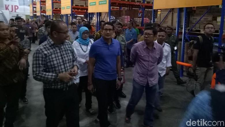 Sandiaga Cek Stok Sembako Penerima KJP di Pasar Induk Kramat Jati